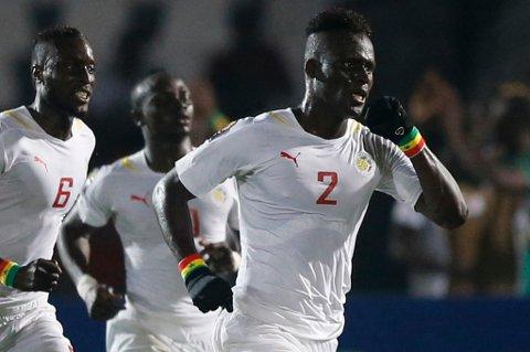 Kara Mbodj, her i aksjon for A-landslaget til Senegal, går fra Genk til Anderlecht hvis han består den medisinske testen. En overgang betyr trolig rundt tre millioner kroner for TIL.