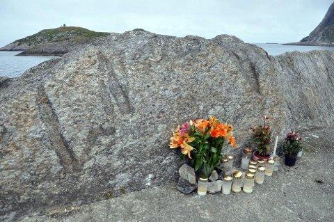 ULYKKESSTEDET: Bildet viser tydelige riper i steinen etter sammenstøtet. Bildet er tatt 20. juni 2013 da Statens Vegvesens ulykkesgruppe for Vest-Finnmark og Nord-Troms var på stedet.