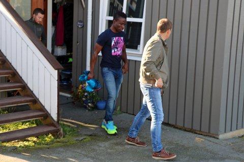 FØRES VEKK: Totalt fire politimenn hentet Chuksonyedika «Chuks» Agbakwue hjemme i Hamna mandag.