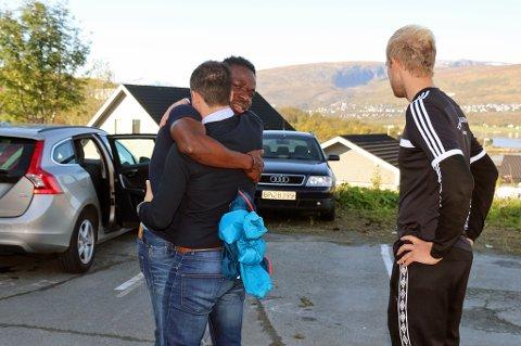 TÅREVÅT AVSKJED: Chuksonyedika «Chuks» Agbakwue tar farvel med Reidar Waage og Svenn Johansen (t.h) utenfor leiligheten han har delt med samboeren.