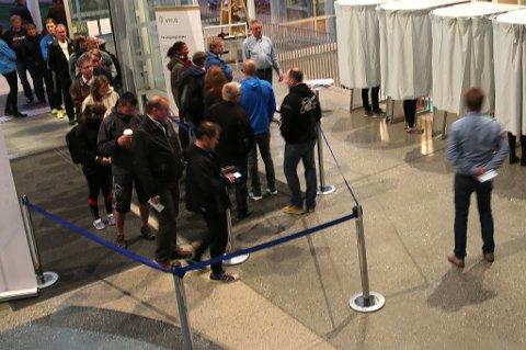 FÆRRE: Det var ikke like trangt i køen i år som ved 2011-valget. Foto: Magnus Aamo Holte.