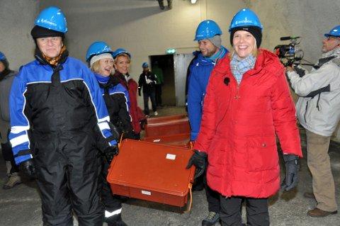 TILBAKE: Sylvi Listhaug med frøkassene som skal sendes tilbake til Syria. Foto: HELGE RØNNING BIRKELUND