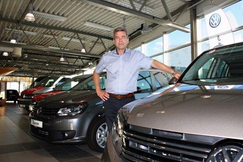 VENTER PÅ INFO: Markedssjef hos Sulland Tromsø, Jan Arne Martinsen, vet ennå ikke om bilder de har solgt er omfattet av utslippsskandalen som nå rammer Volkswagen-konsernet. - Men ingen nye modeller er berørt, sier Martinsen.