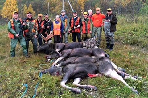 JAKTLAGET: Her er jaktlaget foran de fire elgene de skjøt. Foto: Privat