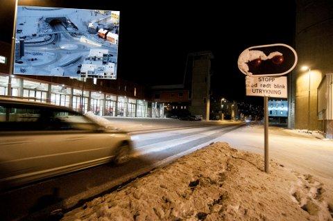 ØSNKER Å STENGE: Utrykningskjøretøyene i Tromsø møter veggen i form av store køer i Hansjordnesbukta og nå foreslår de å flytte varsellysene slik at rundkjøringa stenges når de rykker ut.