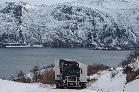 TRAILER FAST: Det er ikke uvanlig at trailere setter seg fast på strekninga mot Grøtfjord på fylkesvei 57. Dette bilder er fra 2014, og er ikke tatt på nøyaktig samme sted.