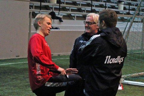 SPENTE DAGER: Christer Johnsgård (t.v) i samtale med TIL-trenerne Bård Flovik (midten) og Lars Petter Andressen (t.h). Fremtiden i TIL avklares i denne uka.