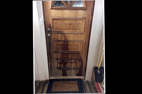 PISS OPP TIL DØRHÅNDTAKET: Slik så ytterdøra ut hos huseieren som beskyldes for å være kattemorder en dag han kom hjem. Det stinket urin. Dagen etter satte han opp overvåkningskamera. Det er ikke kjent hvem som har tømt urin på døra.