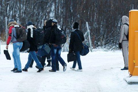 ASYLSØKERE: En gruppe asylsøkere  ankommer Storskog grensestasjon på den norsk-russiske grensen. Etter en avtale med Russland, kan Norge nå sende flyktninger tilbake til Russland. Foto: Cornelius Poppe / NTB
