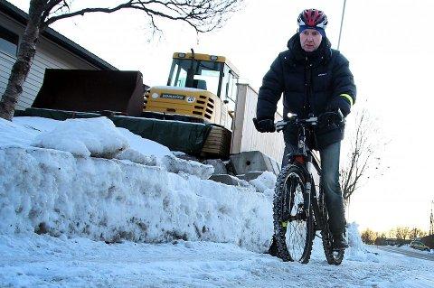 SYKLIST: Finansbyråd Jends Ingvald Olsen sykler, sommer som vinter. To ganger har vært så uheldig å miste telefonen på sykkeltur, begge gangene har den dukket opp igjen.
