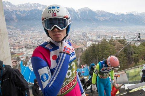Johann André Forfang på toppen av Bergiselbakken i Innsbruck under lørdagens kvalifisering. Søndag er det tredje rennet i hoppuka.