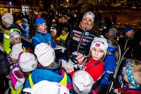 SKISTJERNE: Finn Hågen Krogh ble omringet av fans under Onsdagsrennet som ble arrangert midt i Tromsø sentrum.