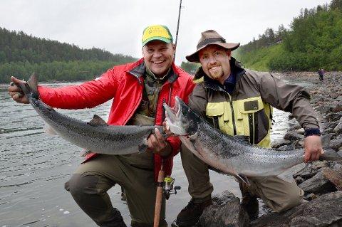STORLAKS: Kurt Kåre Larsen og Jørn Magne Johannesen i Målselva for et par år siden. Slike storlakser var det mange av siste sesong.