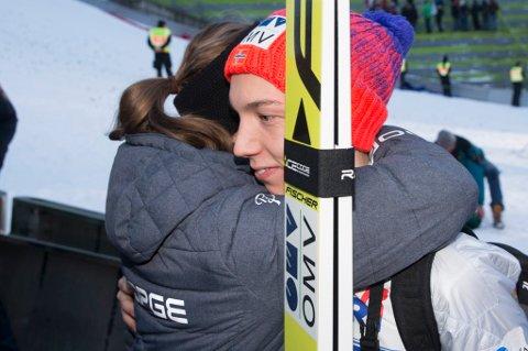 Det vanket mange klemmer og gratulasjoner etter Johann André Forfangs andre fjerdeplass på rad i hoppuka.