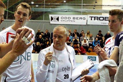 SEIER: BKT og trener Edgar Broks (midten) kunne juble for 3-0-seier i serieåpninga mot NTNUI.