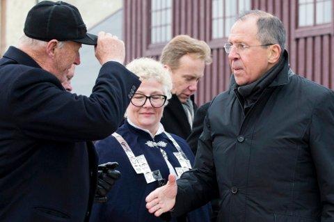 Sergej Lavrov (t.h.) hilste på Kong Harald i Kirkenes for to år siden. Nå er den russiske utenriksministeren invitert til Tromsø og Arctic Frontiers.