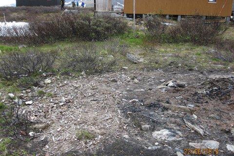 MÅ RYDDE: Her har Troms Turlag brent opp det gamle uthuset ved Voumahytta i nasjonalparken.