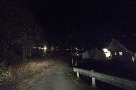 MØRKT: Oktoberkveld i Skogstadlia, der det kun er billyktene som sørger for at veien vises.