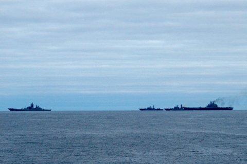 UTENFOR NORGE: Her er russiske krigsskipet fotografert fra et norsk Kystvakt-skip utenfor kysten av Norge. Helt til høyre er «Admiral Kuznetsov», Russlands eneste hangarskip.