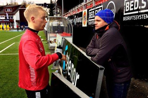 Christer Johnsgård i samtale med TUIL-trener Gaute Ugelstad Helstrup på Alfheim denne uka. Det er all grunn til å tro at TUIL vil gå i dialog med 29-åringen hvis han ikke tilbys en forlengelse med TIL.