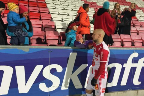FIKK TRØST: Hans Norbye fikk trøst av barna Enya og Max etter tapet mot Vålerenga.