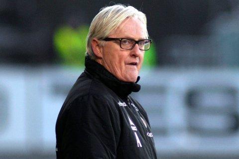 TIL-trener Bård Flovik på sidelinja under søndagens kamp mot Vålerenga, en kamp TIL tapte 0-3. Det var klubbens fjerde strake serietap. TIL er nå på kvalifiseringsplass med to runder igjen å spille. Avstanden til direkte nedrykk er bare to poeng.