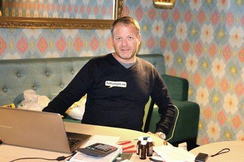 Morten Engebretsen i Follomynt er på besøk i Tromsø for å treffe folk som vil eller vurderer å selge gull. Foto: Astrid Øvre Helland