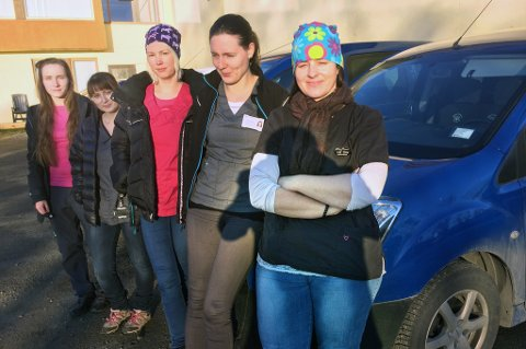 VINTERBØNN: - Gi oss carport, ber Lill Tove Sivertsen (foran), Tine Thomassen, Helene Fohrn, Betsy Winje og Mette Johansen i hjemmetjenesten.