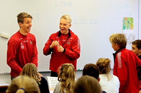 GOD STEMNING: Thomas Lehne Olsen og Christer Johnsgård ble litt satt ut av noen av spørsmålene de fikk fra klasse 5A og 5B på Bjerkaker skole.