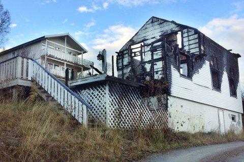 UTSIKT: Det brannherjede huset på Smørsgård er mildt sagt iøyenfallende for Marius Kolstad som bor i huset til venstre.