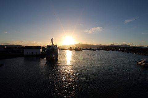 Sommarøya havn i motlys. Her kan faktisk Hurtigruta legge til kai - om den nå skulle ønske det.