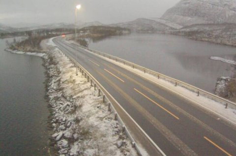 SNØ OG SLAPS: Slik så det ut på E6 ved Øse på Gratangsfjellet i morges. Foto: Statens vegvesen