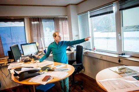 UTSIKT: Bjørn Ronald Olsen sitter sjelden stille. Han står like godt ved skrivebordet også.