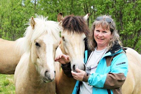 - TRASIG SAK: Inger Sofie Andreassen sier saken i Vest-Agder er trasig. Hun har selv levert en hingst til den aktuelle gården fra sitt oppdrett, og kjemper nå for at verdifulle avlsdyr blir berget. Bildet er tatt ved hennes oppdrett i Tromsø.