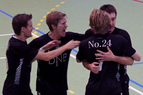 Sjarmtrollan-toppscorer Milos Vucenovic gratuleres her av Ola Rismo (f.v), Isak Krogstad og Tom-Erik Bang Kristiansen. Vucenovic, Jørgen Vik og Tobias Schjetne er tatt ut på det norske A-landslaget.