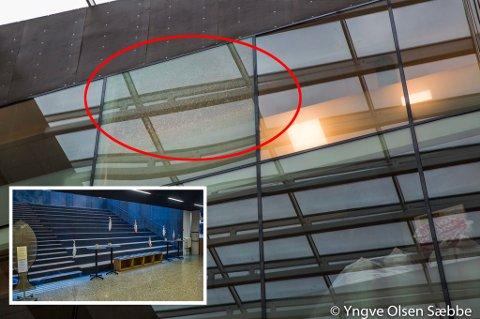 PULVERISTERT: Ei glassrute i 6. etasje i Kystens Hus er knust og pulverisert. Dermed er atriet i første etasje sperret av for å hindre enhver risiko for at noen skal få glass i hodet.