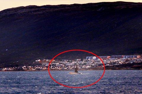 PÅ BESØK: En norsk ubåt ligger utenfor politistasjonen mandag formiddag.