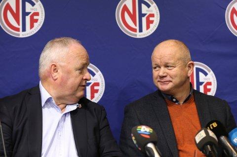 Per-Mathias Høgmo (t.h.) med smilet i behold under onsdagens pressekonferanse sammen med fotballpresident Terje Svendsen, der Høgmos avgang som landslagssjef ble offentliggjort.
