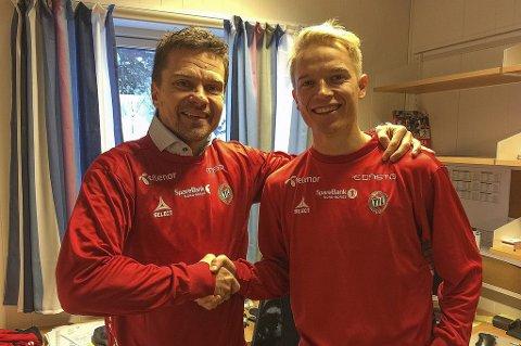 USIKKER FREMTID: Sportssjef Svein-Morten Johansen (t.v) og Christer Johnsgård (t.h) smilte bredt da spissen skrev under for TIL før sesongstart i 2016. Nå er partene usikker på om det blir avtale i 2017.