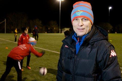 Steinar Nilsen i aksjon som trener for TILs 2004-kull på banen på Bjerkaker. Den tidligere eliteserietreneren mener hele utviklingsmodellen til TIL er feil, og mener satsingslag fra 12-13-årsalderen ikke er veien å gå.