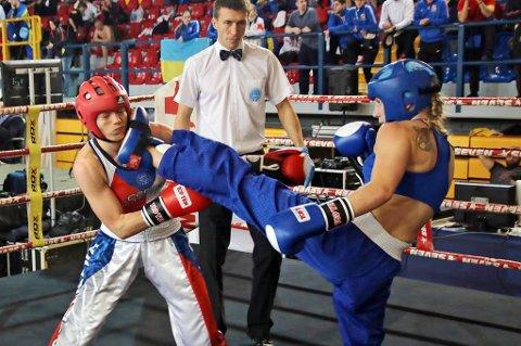 GIR JULING: Kristin Vollstad får her inn et velrettet spark mot sin tsjekkiske motstander i EM-kvartfinalen i fullkontakt kickboksing.