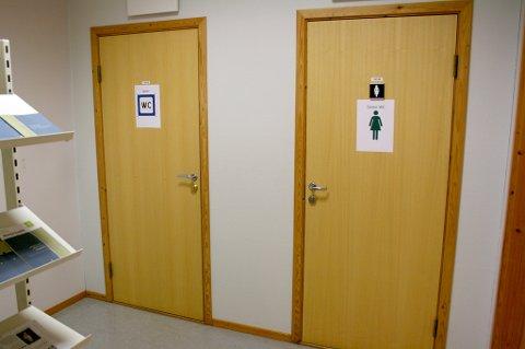 TOALETTKLUSS: «Ting» fra skåla på toalettet til høyre, kan dukke opp igjen i skåla på toalettet til venstre.