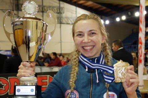 Kristin Vollstad fra Nordreisa med det synlige beviset på at hun tok EM-gull i kickboksing lørdag.