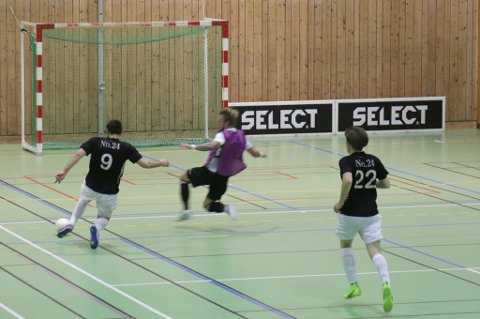 OFRER SEG: Sjarmtrollan-spiss Milos Vucenovic klinket til i duell mot Krohnsminde-målvakt Tim Nilsen, og scoret.