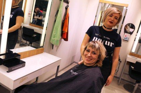 FØRJULSGAVE: Tone Tobiassen (t.v.) har fått seg en hårklipp før jul takket være Kine Talina Larsen (t.h.), daglig leder ved Headmasters på K1 i Tromsø. Søndag ga hun gjestene ved Kafé X gratis hårbehandling.