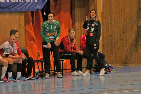 TRENERDEBUTERTE: Maria Oppegaard (t.h.) har termin om tre uker. I dag var hun trener for Bravos damelag.
