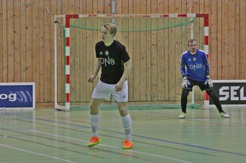 YNGST - MEN ERFAREN: Geirald Meyer er Sjarmtrollans yngste spiller, men er uredd som få. Her sammen med Jørgen Vik under lørdagens kamp mot Krohnsminde.