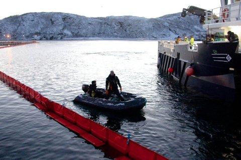 STORT UTSLIPP: Flere oppdrettsanlegg ble rammet da store mengder diesel rant ut i havnebassenget på Skjervøy i desember 2013. Nå har lagmannsretten fastslått at verken Skjervøy kommune eller Torghatten Nord var å bebreide for utslippet.