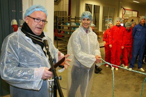 ÅPNING: Per Sandberg tar filetkniven fatt med kvalitetsleder Marinell Mikkelsen som snorholder.
