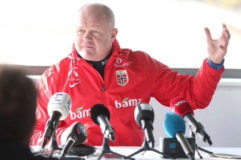En engasjert Per-Mathias Høgmo ga et lite stikk til media under pressekonferansen i Berlin onsdag, før fredagens viktige VM-kvalifiseringskamp borte mot Tsjekkia.
